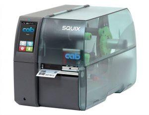 Esta é a Impressora CAB Squix. É uma das impressoras de etiquetas térmicas e não térmicas, que servem como impressoras de códigos de barras e outras informações em etiquetas.